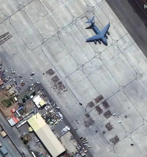 El adiós de los afganos que dejan el país en el aeropuerto