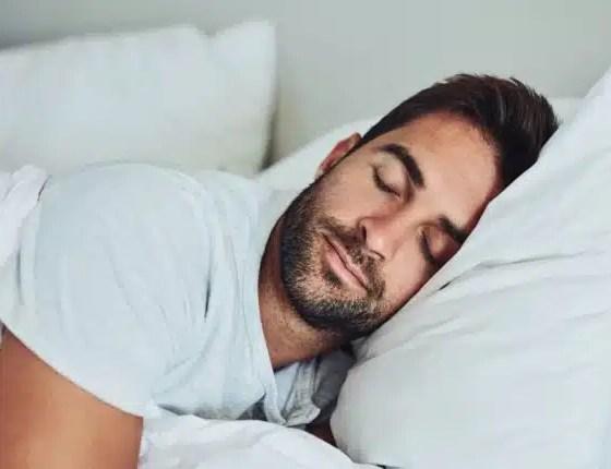 número de horas que duerme afecta la salud de su cerebro