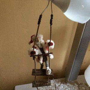 Tomtefar klättrar på repstegen