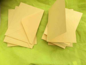 Gula dubbla kort med kuvert