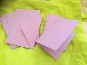 Lila dubbla kort med kuvert