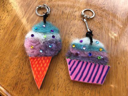 Cupcake och glasstrut som nyckelringar