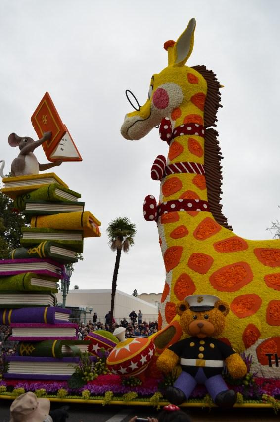 Une pile de livres, une girafe intello et une souris <3