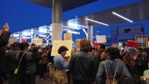 Manifestants à l'entrée de l'aéroport de Los Angeles