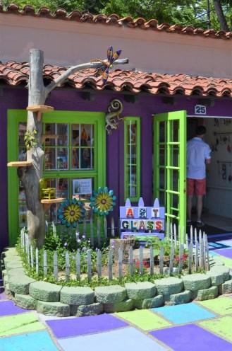 Une petite échoppe au Spanish Village Art Center