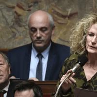 Q SCOOP - «Toutes les personnes qui vont aller se faire vacciner sont des cobayes», lance une députée française.