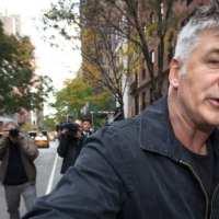 L'acteur d'extrême gauche et anti-armes Alec Baldwin a accidentellement tiré sur un directeur de la photographie de 42 ans l'a tué et blessé le réalisateur.