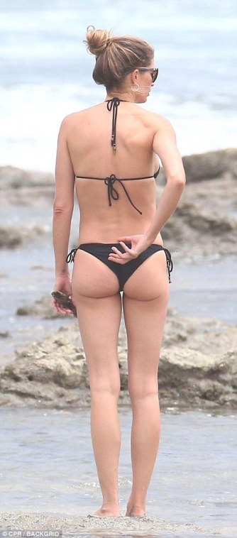 4E590C1100000578-5964077-Teeny_bikini_Gisele_Bundchen_looked_incredible_on_the_beach_in_C-a-5_1531863205203