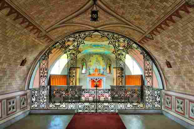 Interno della Italian Chapel con il cancello in ferro battuto