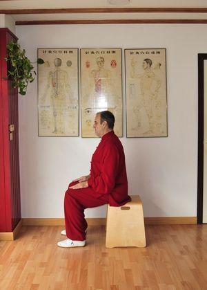 Poste Daoyin Wuji Natural Sentado (lateral).