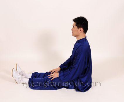 Poste Daoyin natural sentado (piernas extendidas).