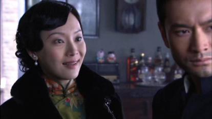 中国の女優チェン・シューが緑地の花柄旗袍と黒のコートを着ている場面。
