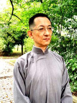 淀川沿いの大阪市北区長柄にて2021年9月13日に撮影。長衫はatelier leilei提供。