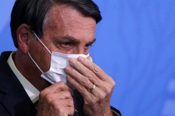 美国加州旧金山市民金迪在路边售卖自制口罩。中新社记者 刘关关 摄