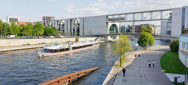 美国海军史上最大事故!一枚火箭弹击毁超级航母,百余名士兵陪葬