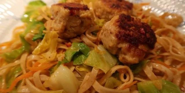 Asiatiske kyllingedeller med spidskål og nudler