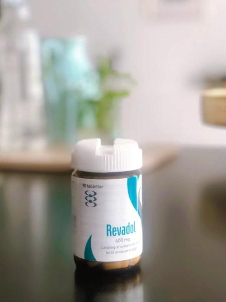 Revadol med Glucosamin, som mange har glæde af i forhold til lindring af symptomer ved let til moderat slidgigt.