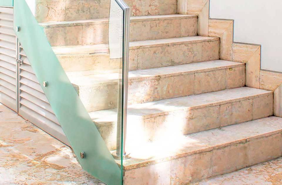 artículo sobre cómo aprovechar el espacio bajo las escaleras