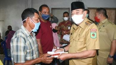 Bupati KLU, Djohan Sjamsu serahkan Jaminan hidup kepada masyarakat korban gempa