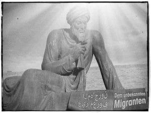 Denkmal dem unbekannten migranten nach dem Abebben der fluechtlingswelle