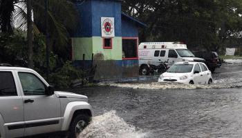Vehículos transitan por calles inundadas hoy, en San Blas, estado de Nayarit (México). EFE/ Aaron García