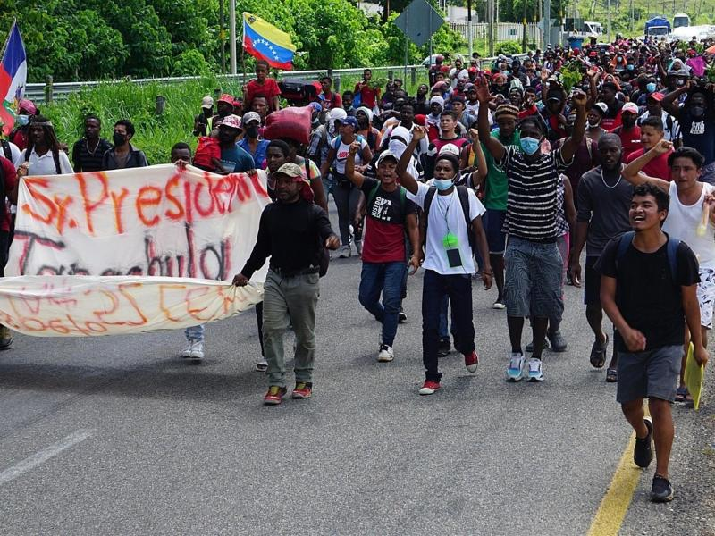 Migrantes centroamericanos caminan hoy por la principales calles del municipio de Tapachula, en el estado de Chiapas (México). EFE/ Juan Manuel Blanco