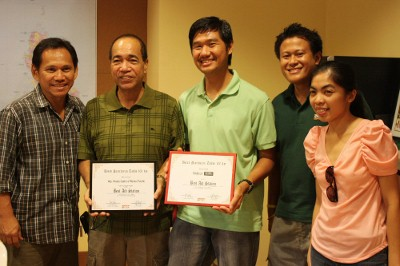 Mr. Amado Castro of Reinier Pacific and Jinoe Gavan of Takbo.ph receiving the award
