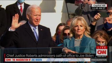 صورة بدء مراسم التنصيب، بعد وصول الرئيس الأمريكي المنتخب جو بايدن وزوجته إلى المنصة