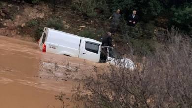 صورة سخنين: طواقم الاطفاء والانقاذ تعمل على تخليص سيارة جرفتها المياه والبحث عن عالق
