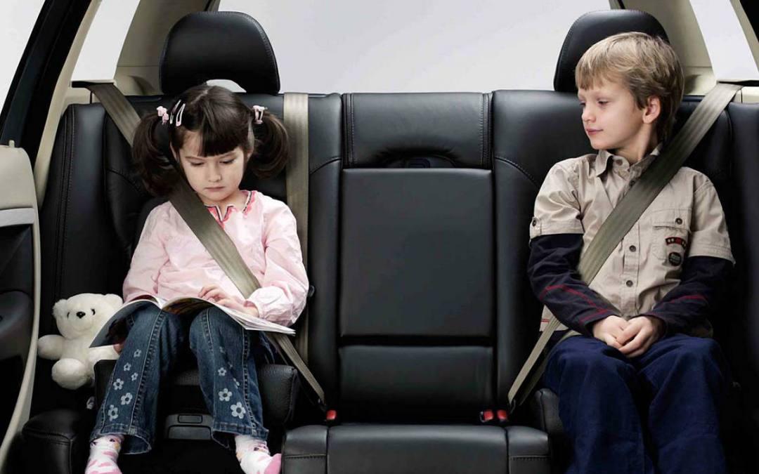 El cinturón de seguridad, también es para los pasajeros de la parte de atrás