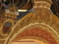 Ausschnitt einer Galerie mit Wappenverzierung
