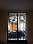 Schmiedeeisernes Tor von einem Treppenhaus in die Rue Chaptal fotografiert