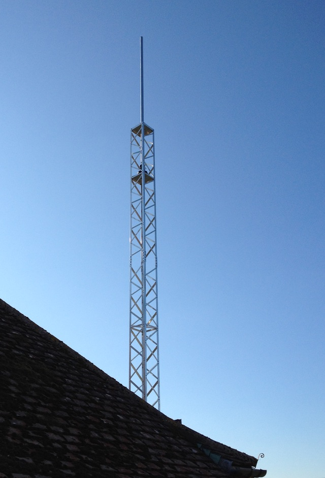 Closer shot of the Alimast over the edge of the house