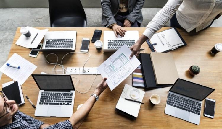 Escritorio con computadoras y papeles