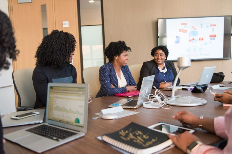 Chicas en directorio ejecutivo