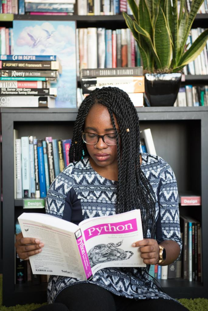 Chica leyendo libro de Python