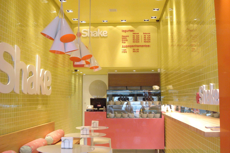 """loja bem colorida, traduzindo o frescor dos """"sorbets"""" vendidos"""