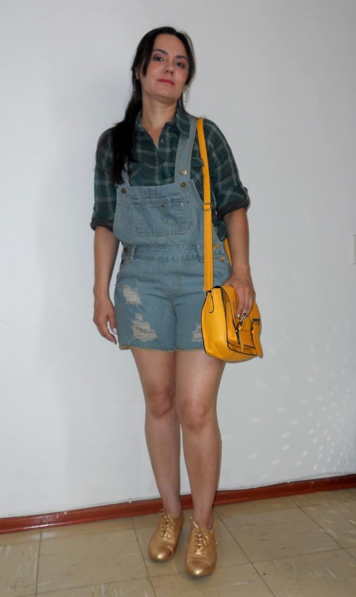Look do dia, jardineira jeans e camisa xadrez