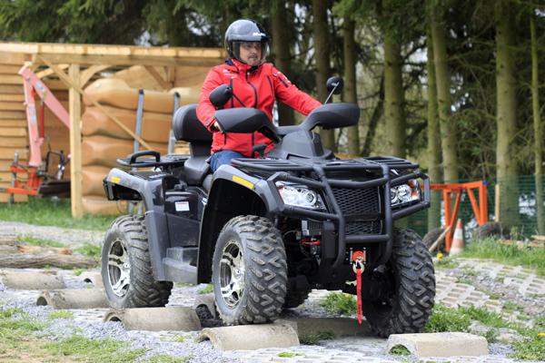Verwindungsprobe: Länge läuft und hält das ATV auf Kurs. In der Buckelpiste fordern wir das Fahrwerk.