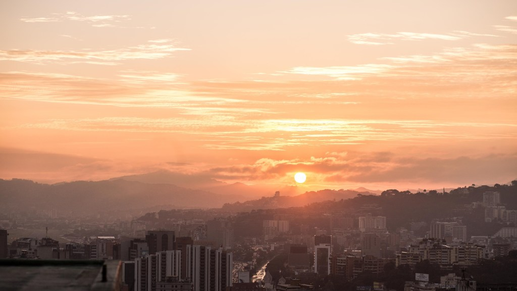 "<img src=""caracas.jpg"" alt=""sunset over Caracas AKA an illustrative picture for Crossing the line post"">"