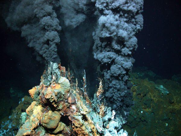 Air laut dapat menjenuhkan mineral pembentuk garam yang merupakan bagian dari dasar samudera, yang jatuh ke sana dari sumber hidrotermal