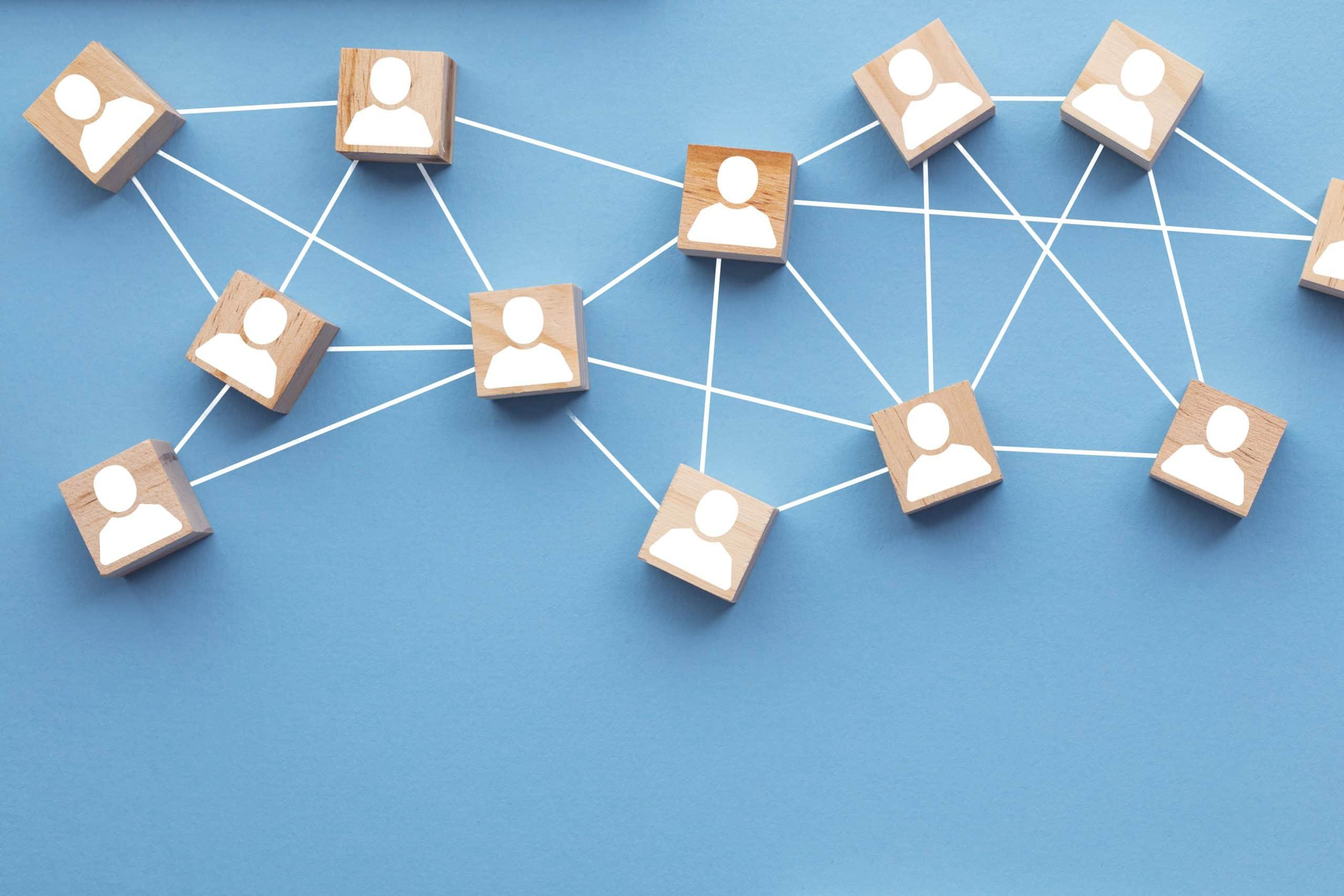 Blocs de bois connectés entre eux sur lesquels figurent des visages concept du travail d'équipe interconnecté