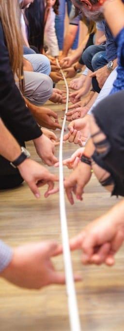 Equipe faisant du team building avec une corde