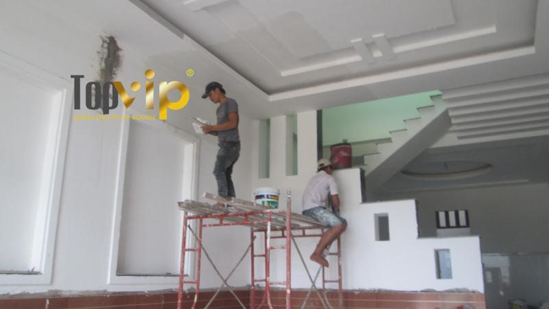 Nhân công của Vincoland đang sửa chữa lại căn nhà