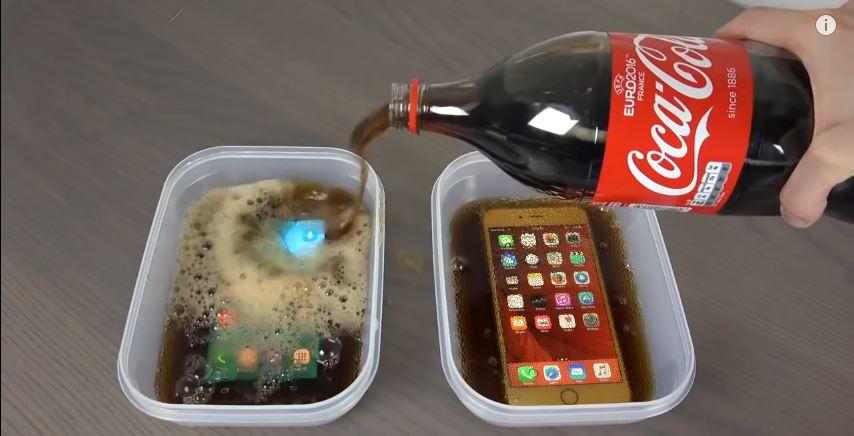 Il congèle un iPhone 6S et un Samsung Galaxy S7 dans du coca