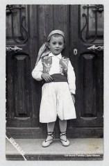 Manolo López Monzó a la porta de sa casa (Plaça de l'Església nº 8) 19 de març 1957. (Fotògraf González González c/ V. Desamparados, 15. Mislata) [Col·lecció Família López Monzó]