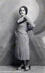 Foto d'estudi de Maria Monzó Colomer (Fotógrafo Esparza. C/ Cerrajeros, 2. València, ca. 1933). [Col·lecció Família López Monzó]