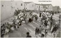 El retor D. Alfredo al carrer Pizarro en una festa de les missions (Foto de F. Perez Aparisi. C/ Jerusalem, 10. València, any 1951) [Col·lecció Família López Monzó]