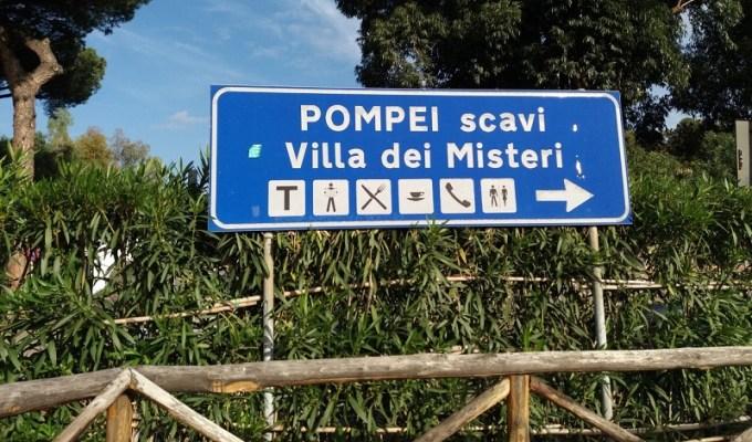 Placa indicando a zona arqueológica de Pompeia