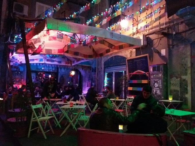 Bar no centro histórico de Nápoles
